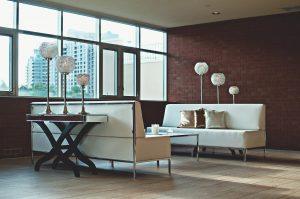 Salon avec un mur de briques classiques