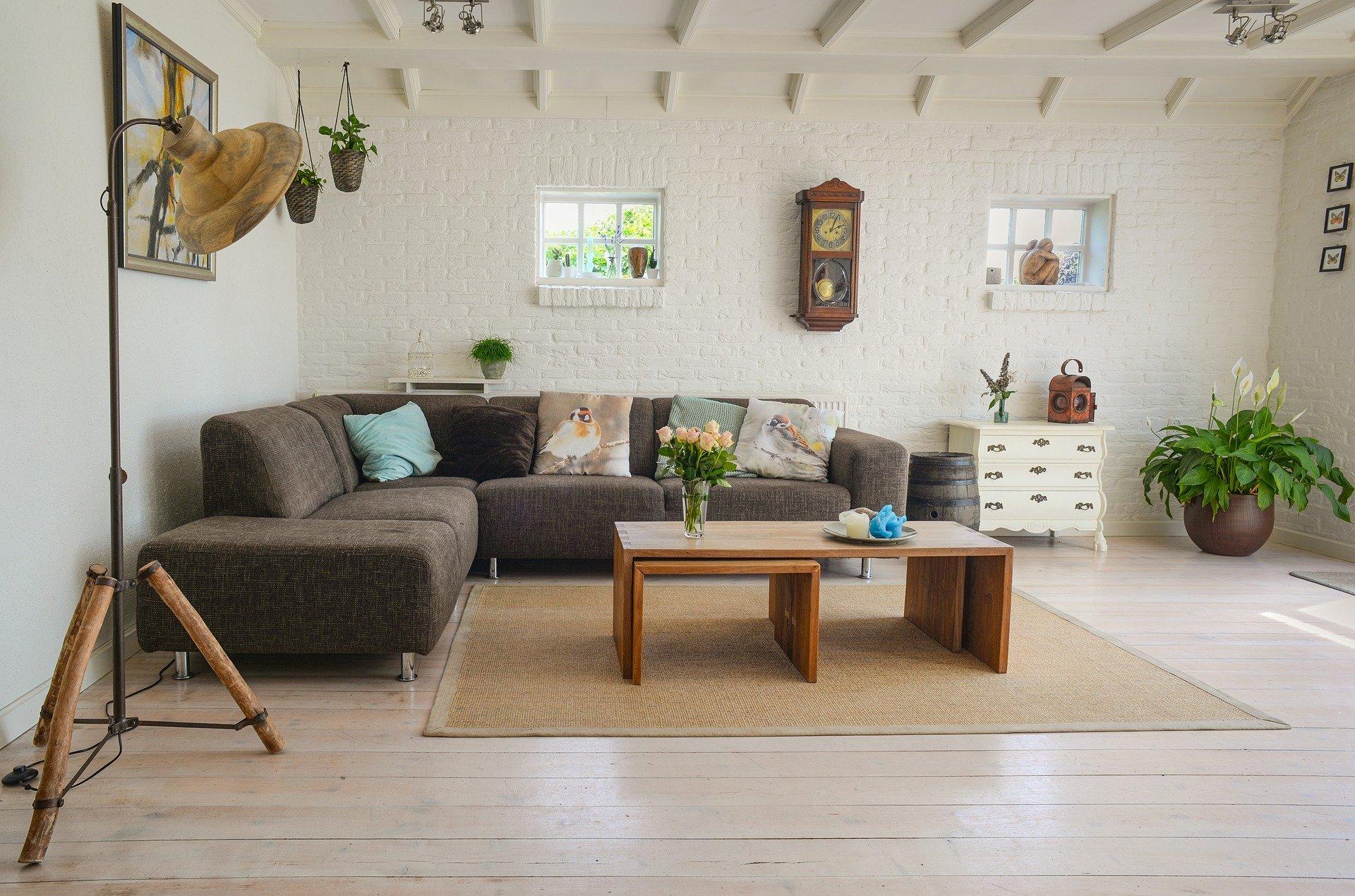 Salon avec un mur de briques blanches